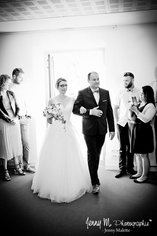 photo de la mariée entrée dans la mairie