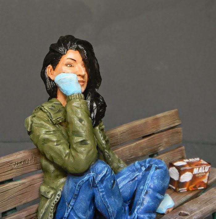 ritratto ragazza regalo fidanzata statuetta seduta statuine milano orme magiche