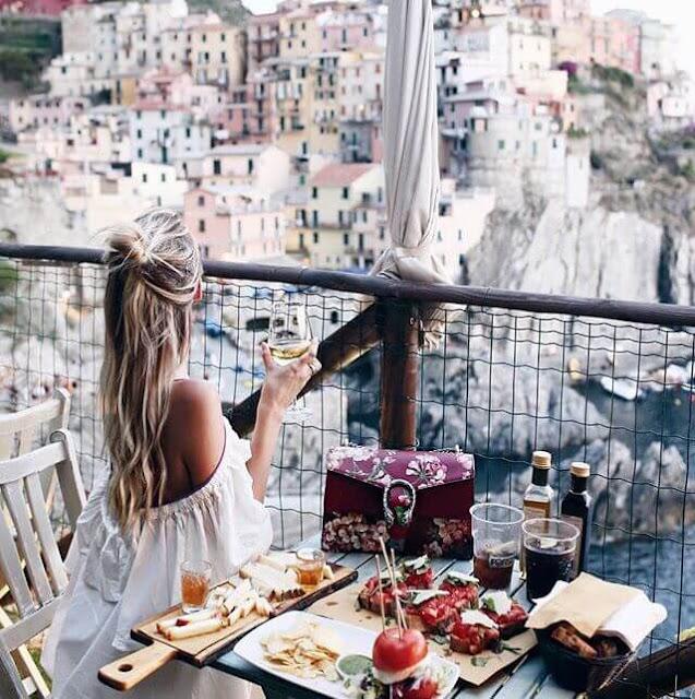 Nhà hàng Nessun Dorma với view tuyệt vời là lựa chọn hàng đầu của các nhiếp ảnh gia muốn lưu lại những tấm hình để đời về Manarola. Tại đây, bạn sẽ được phục vụ những món cocktail, sinh tố đậm chất Địa Trung Hải trong tiếng nhạc nhẹ nhàng.