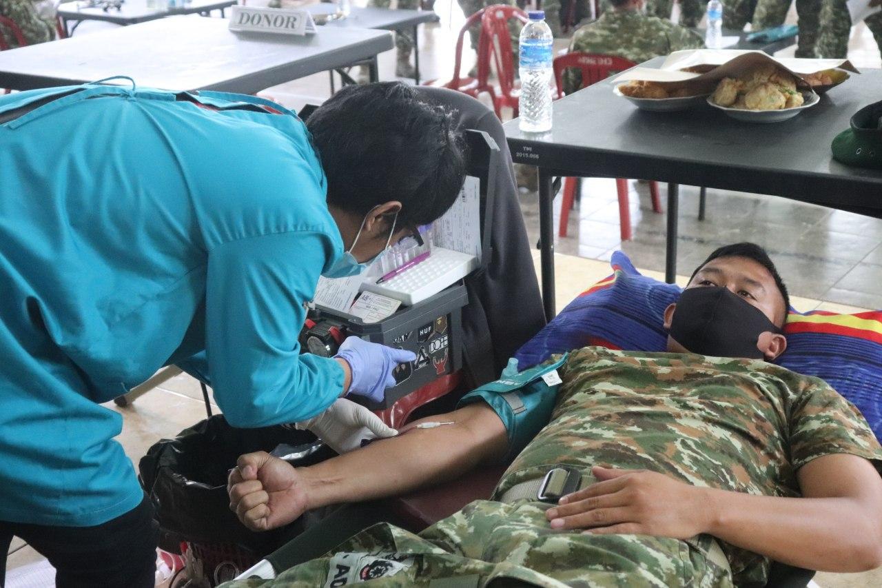 Batalyon Armed 13 Nanggala Kostrad melaksanakan tes urine Dan Donor Darah