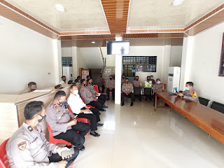 Kapolres Toraja Utara berikan arahan terkait situasi kamtibmas terkini di wilayah kab.toraja utara, serta penekanan netralitas personil polres toraja utara dalam pemilihan Bupati dan Wakil Bupati Toraja Utara Tahun 2020 mendatang, Senin  (30/11/20).