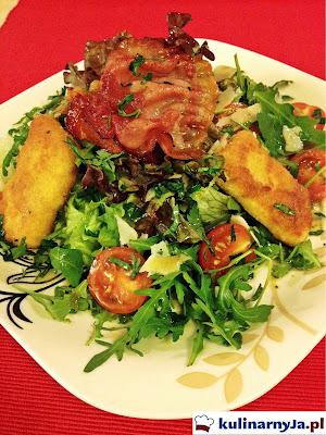 Sałatka z szynką szwarcwaldzką i panierowanym serem camembert