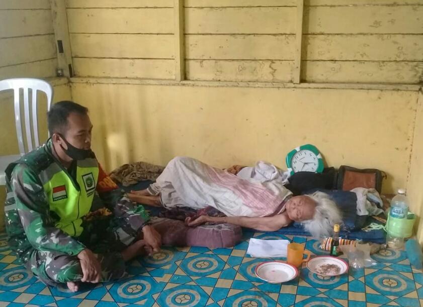 Lakukan Komsos, Babinsa Desa Selemam Jenguk Warga Yang Sakit