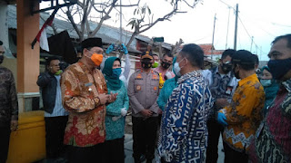 Ketum PKK Pusat Tri Tito Karnavian Door To Door Bagikan Masker di Kampung Nelayan