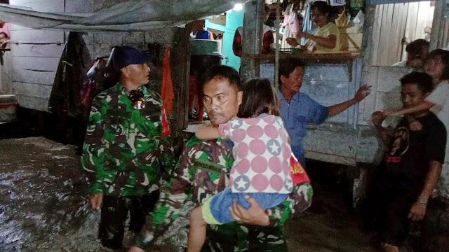Sungai Nou Meluap, Personel Danramil 01/Gunungsitoli Evakuasi Warga.
