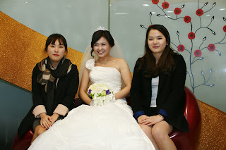 Korean bride before the wedding ceremony having photos - uni friends
