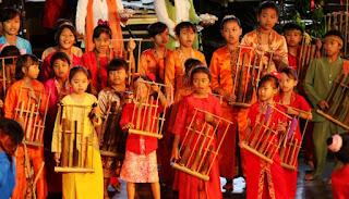 Sejarah Asal Usul Angklung Bandung, yang berada di tanah parahyangan erat kaitannya dengan kesenian tradisi sunda dimana terdapat bermacam-macam alat kesenian yang diwariskan salah satu diantaranya alat kesenian tradisi sunda yang dinamakan sebagai angklung, alat musik tradisional yang terbuat dari bambu, yang dibunyikan dengan cara digoyangkan (bunyi disebabkan oleh benturan badan pipa bambu) sehingga menghasilkan bunyi yang bergetar dalam susunan nada 2, 3, sampai 4 nada dalam setiap ukuran, baik besar maupun kecil. Laras (nada) alat musik angklung sebagai musik tradisi Sunda kebanyakan adalah salendro dan pelog.  Dalam rumpun kesenian yang menggunakan alat musik dari bambu dikenal jenis kesenian yang disebut angklung dan calung, dimana calung dikenal sebagai alat musik Sunda yang merupakan prototipe dari angklung. Berbeda dengan angklung yang dimainkan dengan cara digoyangkan, cara menabuh calung adalah dengan mepukul batang (wilahan, bilah) dari ruas-ruas (tabung bambu) yang tersusun menurut titi laras (tangga nada) pentatonik (da-mi-na-ti-la). Jenis bambu untuk pembuatan calung kebanyakan dari awi wulung (bambu hitam), namun ada pula yang dibuat dari awi temen (bambu yang berwarna putih).  Sejak kapan angklung muncul masih belum bisa diketahui secara pasti. Namun, ada angklung tertua yang  usianya sudah mencapai 400 tahun. Angklung