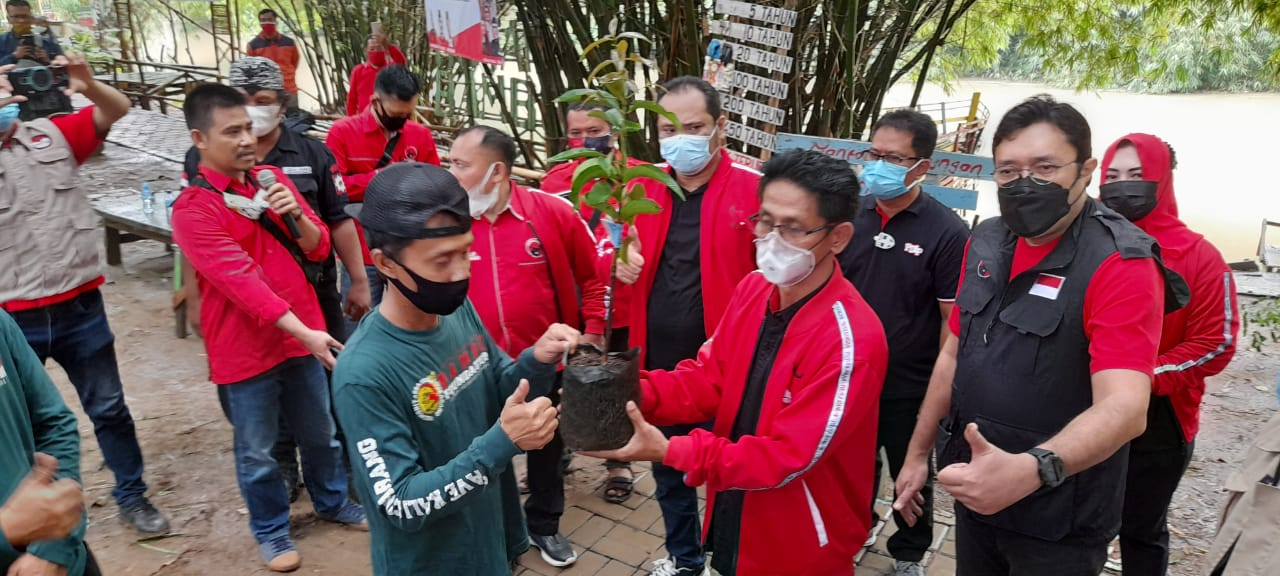 PDI Perjuangan Kabupaten Bekasi Tanam Bibit Pohon dan Tabur Benih Ikan di Kali Cikarang