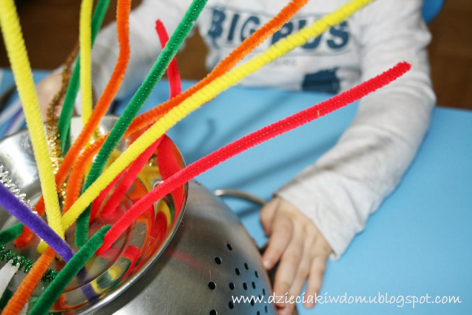 kreatywna zabawa dla małych dzieci, wkładanie drucików kreatywnych do dziurki, ćwiczenie koordynacji wzrokowo-ruchowej
