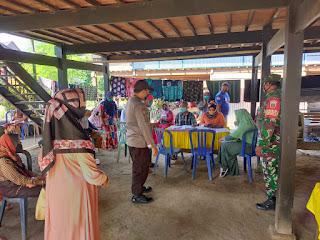 Bhabinkamtibmas Polsek Cendana Bersama Babinsa Kawal Penyaluran BLT di Desa Malalin