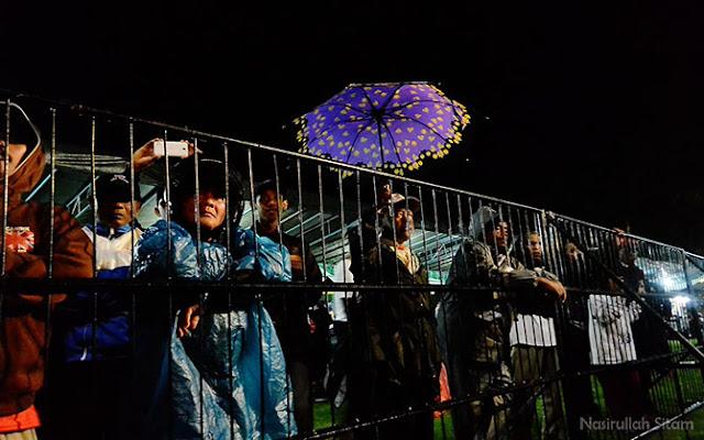 Penonton yang rela menahan dingin dan hujan untuk melihat Wayang