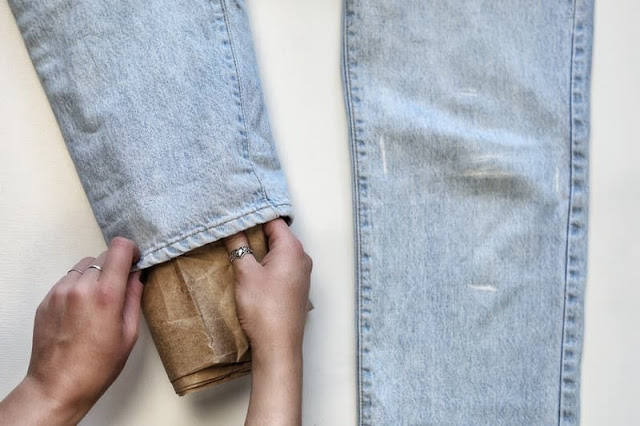 sử dụng bìa cứng để lót bên trong quần