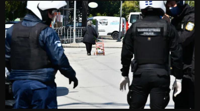Συνέλαβαν δύο γυναίκες λόγω μάσκας – Εκατοντάδες συγκεντρωμένοι, ΜΗΔΕΝ αντίδραση: «Είστε κότες όλοι! Πάτε καλά;» – ΒΙΝΤΕΟ
