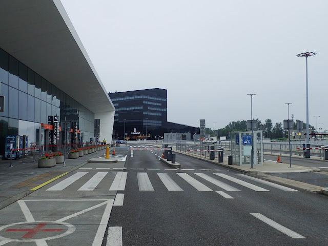 Przed wejściem na odloty na warszawskim lotnisku. Tłumów brak :D