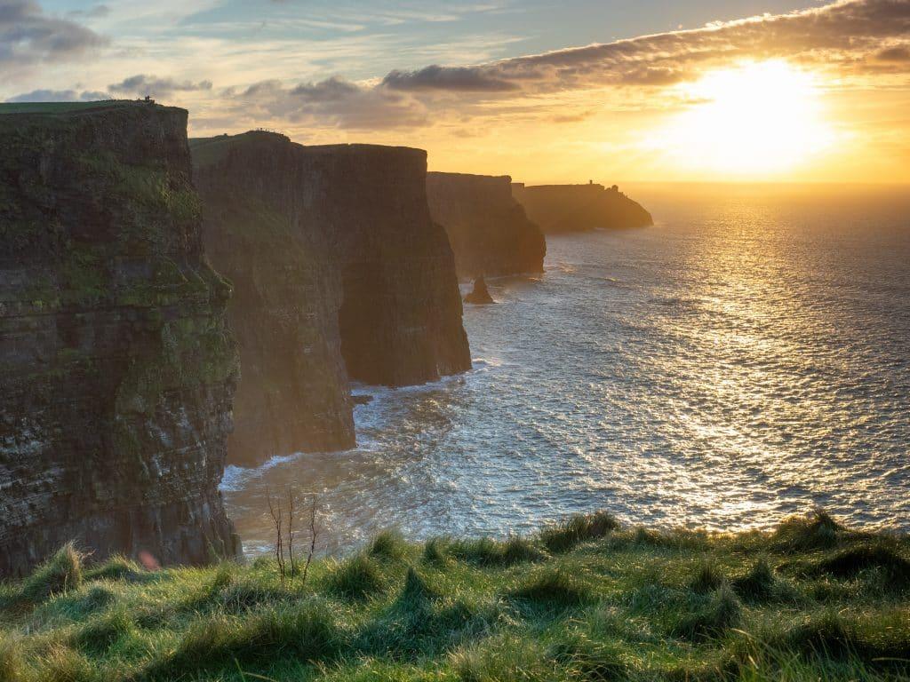 Восход на Скалах Мохер в Ирландии