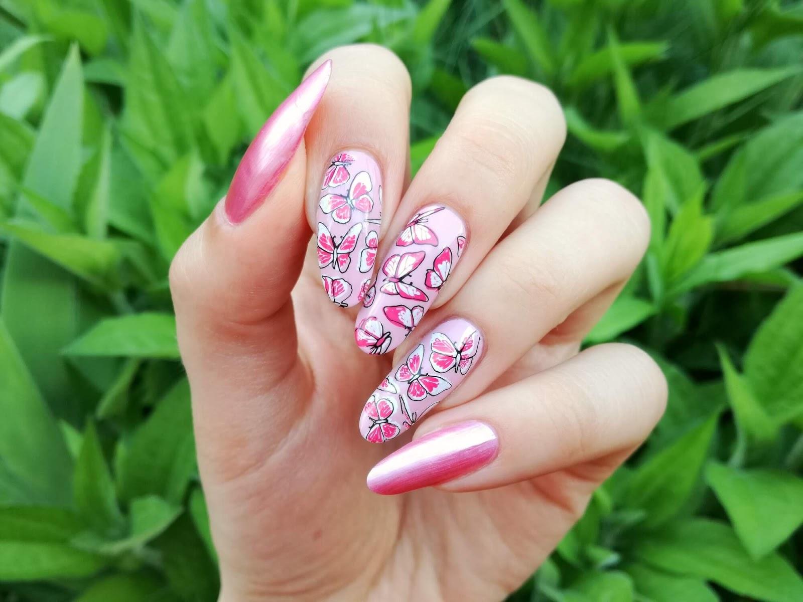 motyl na paznokciach