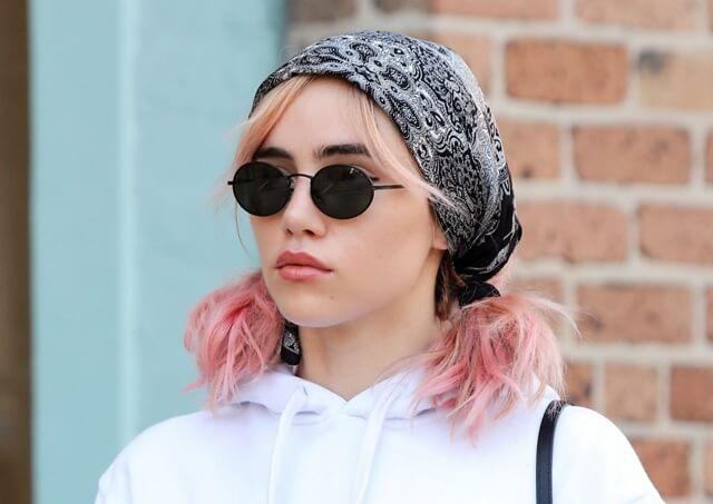2017年3月13日 ニューオリンズの街中を散策中のピンクヘアーが印象的なスキ・ウォーターハウス(Suki Waterhouse)をキャッチ。
