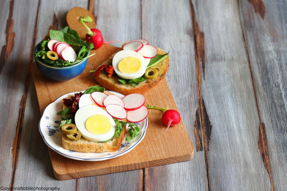 Tramezzini con crema di tahina, uova e insalata