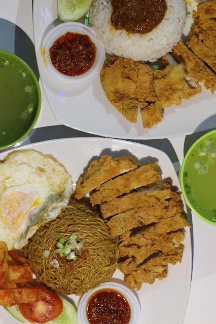 Bakmie goreng dan ayam rendang Cafetaria Kawan Kita