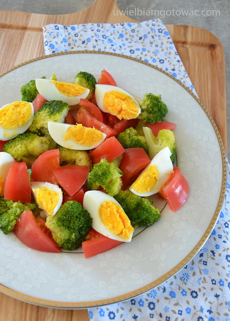 Sałatka z brokuła, pomidorów i jajek ze słonecznikiem