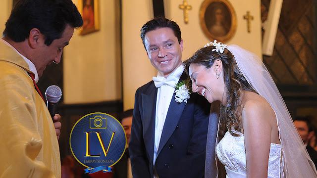 Novia se rie delante del novio y el sacerdote