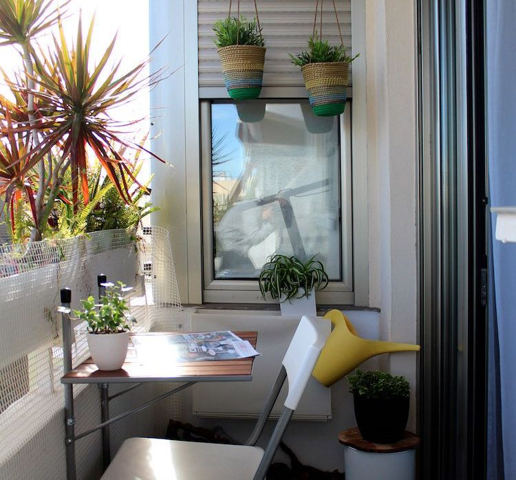mesa plegable en el balcón