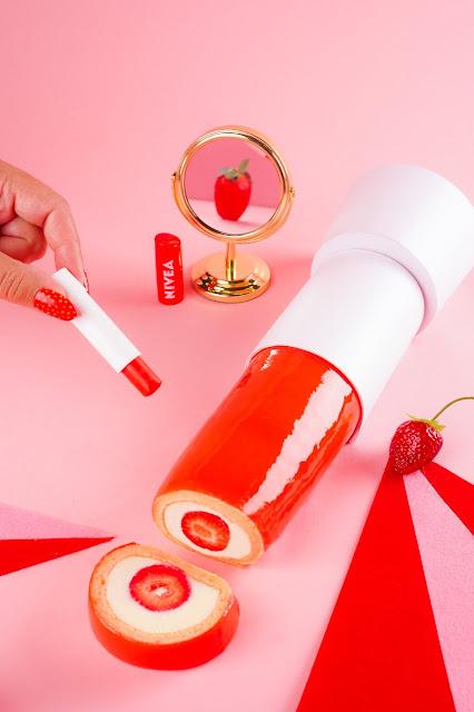 Criação, que explora o cheirinho de morango e o formato do hidratante labial NIVEA, faz parte da campanha Hidrate Sua Boca de Novas Sensações