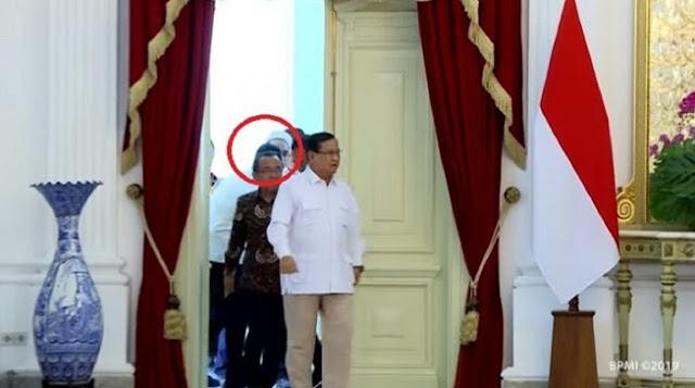 Video Detik-detik Ngabalin Tak Boleh Ikut saat Prabowo Masuk Istana