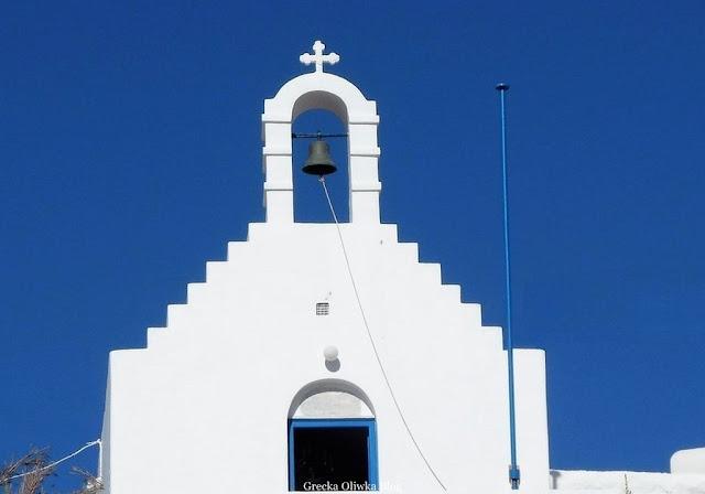 biały grecki kościółek na tle błękitnego nieba Mykonos Cyklady Grecja