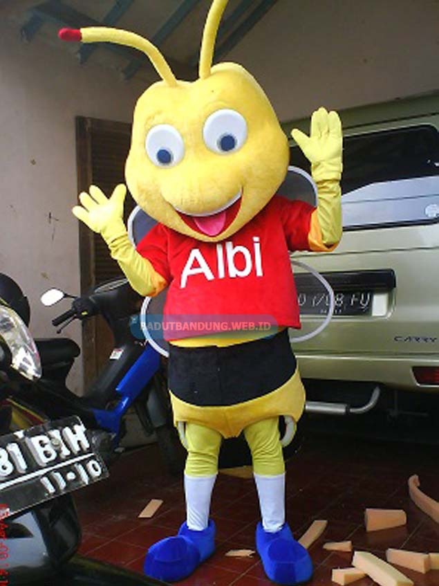 Gambar badut lebah albi maskot alfamart baju merah