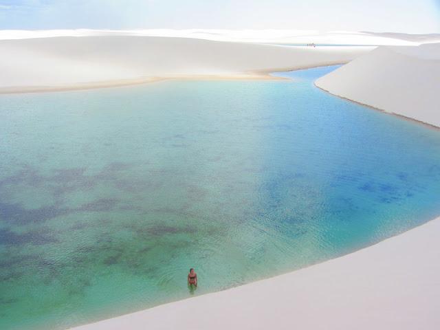 Rồi khi đang đắm mình cùng làn nước xanh mát, bạn cũng đừng ngạc nhiên nếu thấy từng chú rùa và cả đàn cá nhỏ bơi tung tăng dưới nước. Chúng đang trên đường di cư từ phía hai con sông chảy qua công viên. Khung cảnh thiên nhiên tại Vườn quốc gia Lençóis Maranhenses chính là sự hài hòa của bức tranh thiên nhiên: màu trắng mịn của những đụn cát nổi bật giữa sắc xanh biếc của nước hồ và màu xanh trong của bầu trời trên cao.