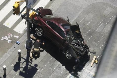 Panico a Times Square: un'auto viaggia sul marciapiede e investe la folla di pedoni. Ma non è terrorismo