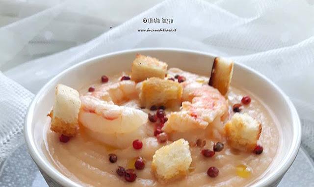 Vellutata di lenticchie rosse con gamberi e pepe rosa