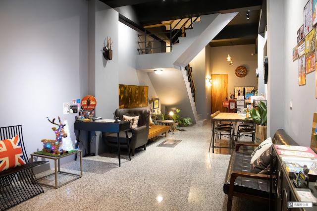 【大叔生活】2021 又是六天五夜的環島小筆記 (住宿篇) - 民宿一樓提供了很多空間給大家聊天