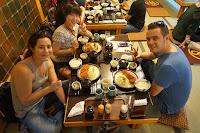 Jiwon, Carlos y Pili comiendo en tatami