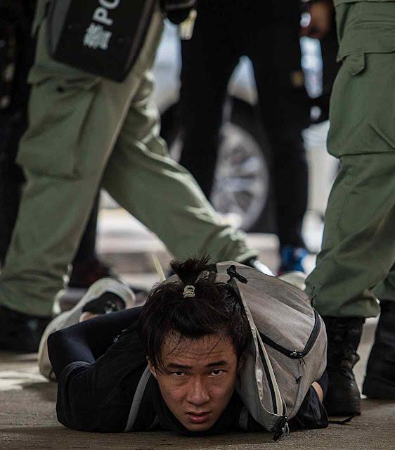 Manifestante pela liberdade preso em Hong