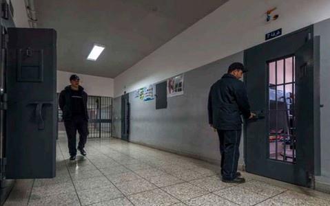 سجن طنجة1 يتحول إلى بؤرة لڤيروس كورونا بعد بلوغ عدد المصابين لـ80 حالة قابلة للإرتفاع.