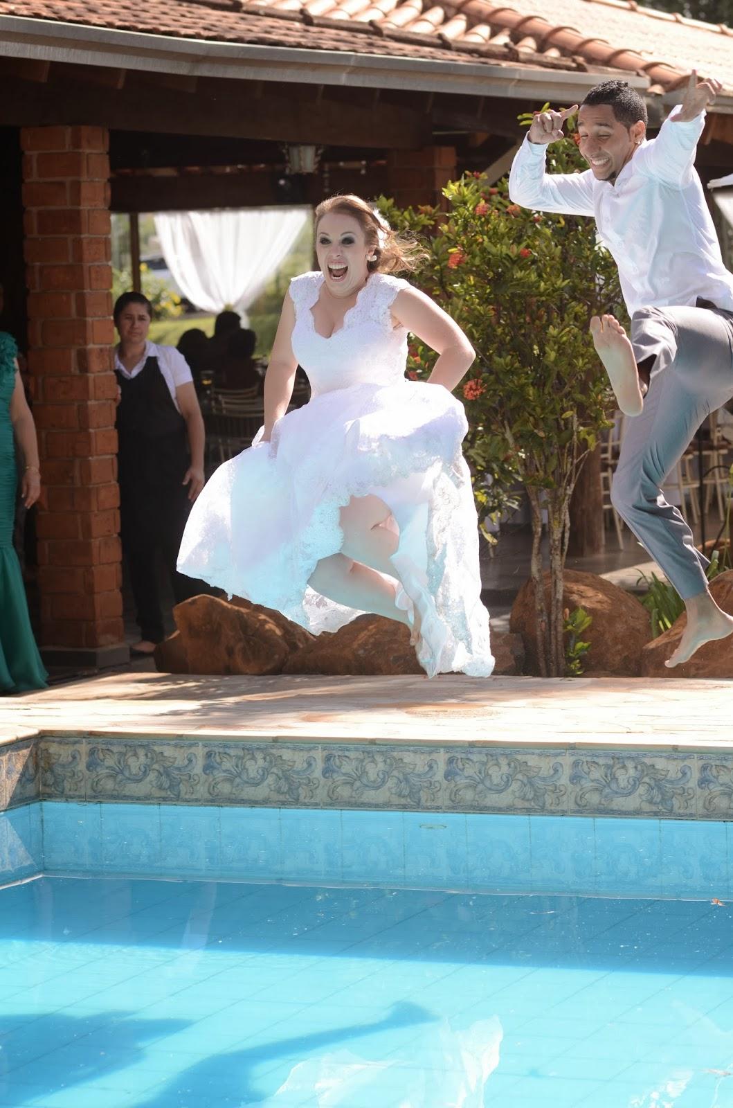 noivos-piscina-casamento-dia-azul-amarelo