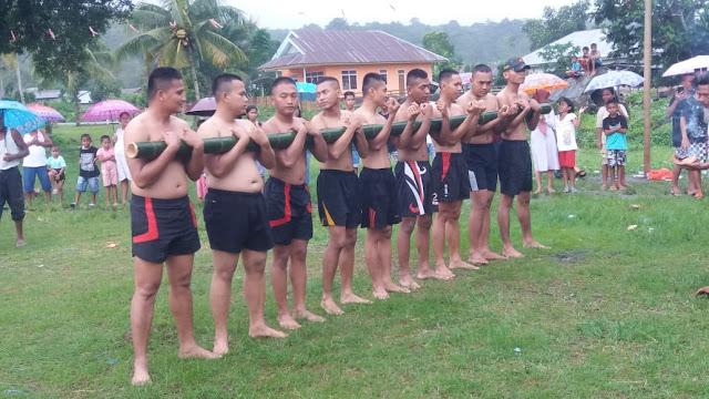 Satgas Yonif RK 136/TS Ikut Memeriahkan Tradisi Bambu Gila
