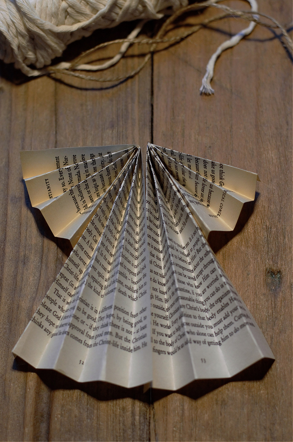 Askartele enkeli kirjan sivuista