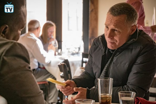 "NUP 185526 0724 595 Spoiler%2BTV%2BTransparent - Chicago PD (S06E13) ""Night In Chicago"" Episode Preview"