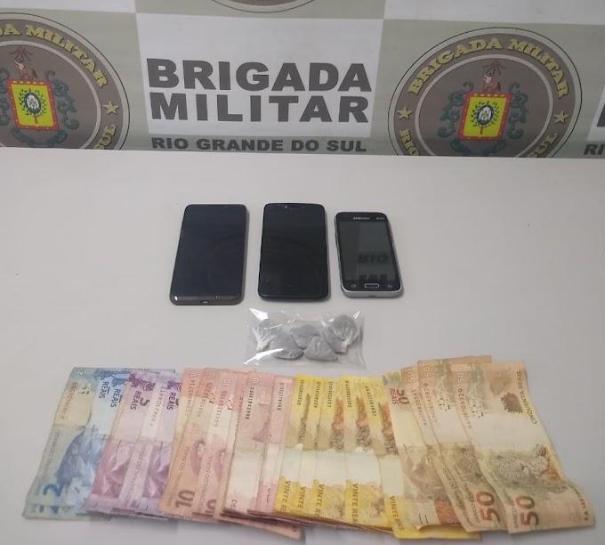 Dupla é presa por tráfico e posse de drogas no bairro Bonsucesso em Gravataí