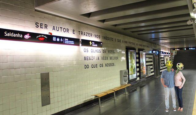 Atento aos sinais, ao contemplar a enorme parede azulejada da estação Saldanha do metrô de Lisboa, chamou-me a atenção um dos aforismos escritos por anônimos: