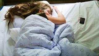 अपने स्मार्टफोन की सराहना के साथ सो जाओ