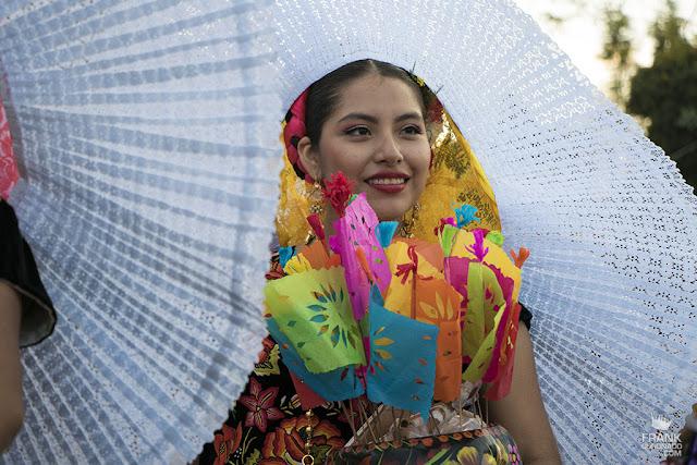 Mujer con traje de tehuana