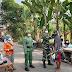 Tak kenal lelah, bantu Pemerintah cegah penularan Covid -19 Babinsa Geplak bagi-bagi masker