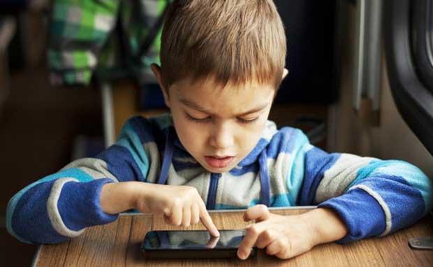 Bahaya Sinar SmartPhone Bagi Kesehatan Mata Anak