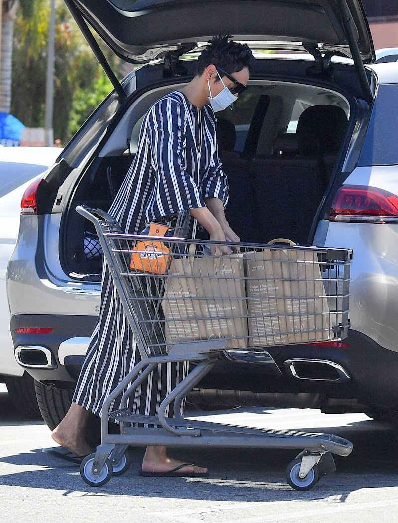 Nicole Mitchell Murphy Clicked While Shopping in Studio City 26 Apr-2020