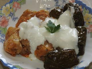 Sarmale reteta de casa cu carne tocata de porc in foi de vita si varza murata retete sarmalute iaurt mancare Craciun traditionala,
