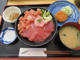 魚市場食堂のマグロ丼